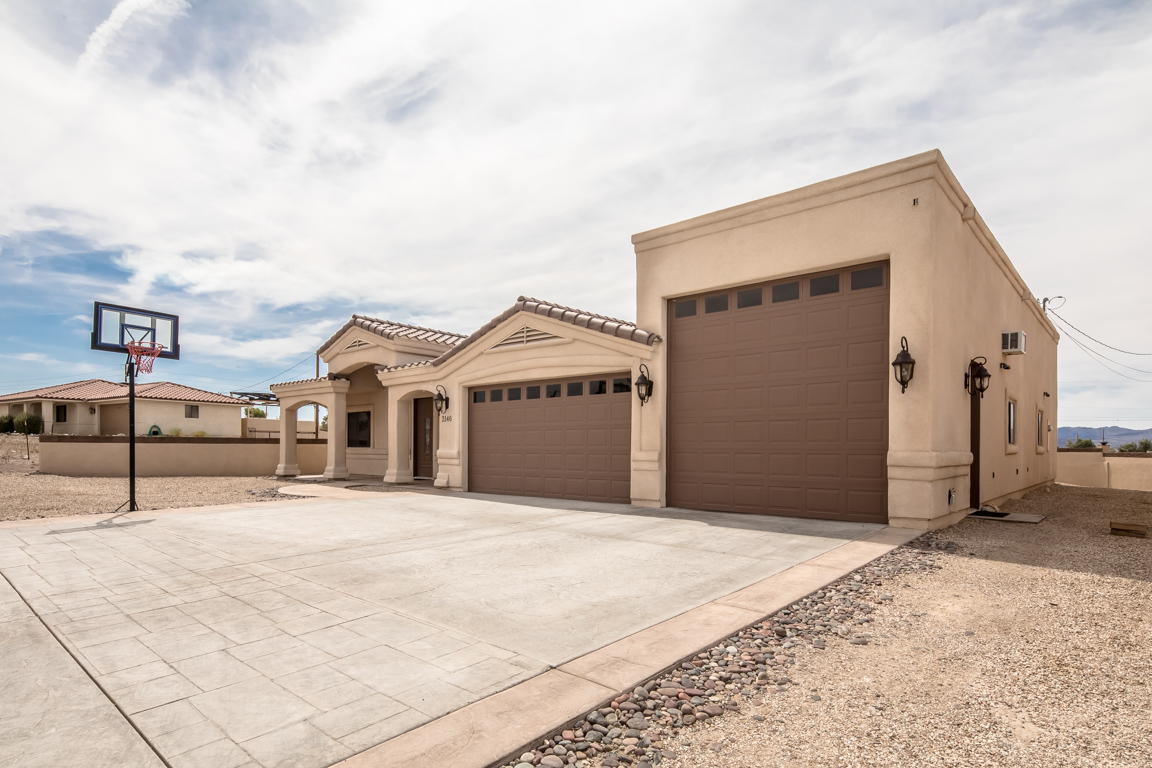 Lake havasu home with oversized 3 car garage 2146 runabout dr for 3 car garage homes